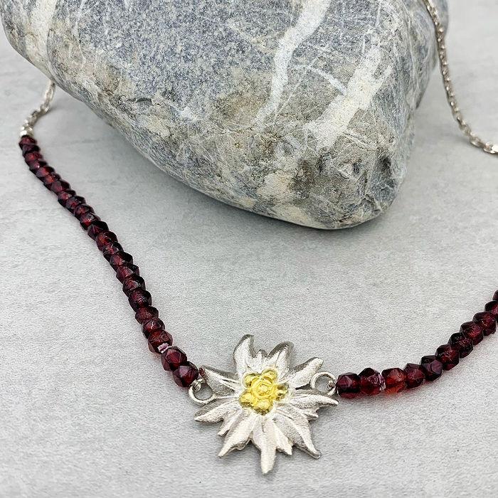 Halskette mit Granatperlen aus der Edelweiß-Kollektion der Goldschmiede Arntz