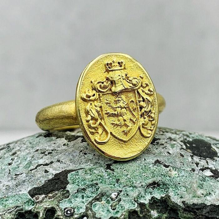 Siegelring aus Gold von der Goldschmiede Arntz in München mit Löwen