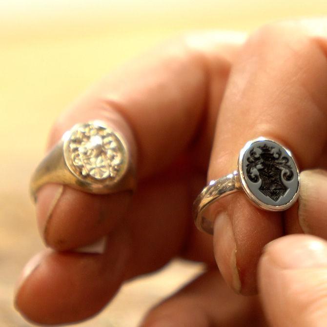 Zwei Typen von Siegelringen – Vorführung in der Werkstatt der Goldschmiede Arntz